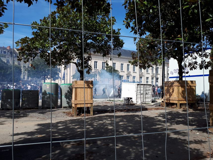 La situation se tend, ce samedi après-midi, entre le quai de la Fosse et la place du Commerce à Nantes.