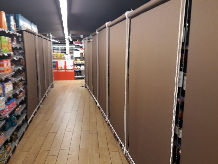 Au départ des caissiers, les rayons d'alcool sont dissimulés par des rideaux dans le Casino Shop Valence ouvert 24h/24.
