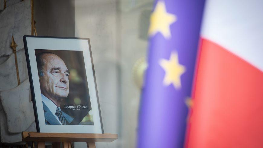 Le 27 septembre 2019, les Français rendent hommage à Jacques Chirac dans un livre d'or installé au palais de l'Elysée