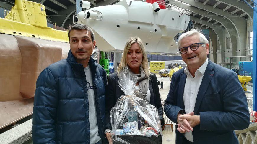 """Bernard Cauvin, P-DG de la Cité de la Mer a accueilli le couple originaire du Var et l'a guidé dans la visite de l'exposition """"L'Océan du futur""""."""