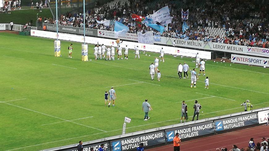 Les joueurs bayonnais célèbrent leur victoire face à Castres avec leur public