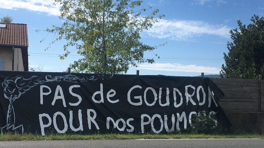 Banderole sur la D1089 à hauteur de Sainte-Agathe-la-Bouteresse.