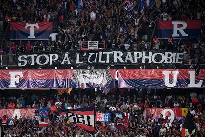 Des supporters du Paris-Saint-Germain brandissent une banderole en réaction aux initiatives contre l'homophobie, ils dénoncent une attaque contre les groupes Ultras, au Parc des Princes à Paris (25 août 2019)