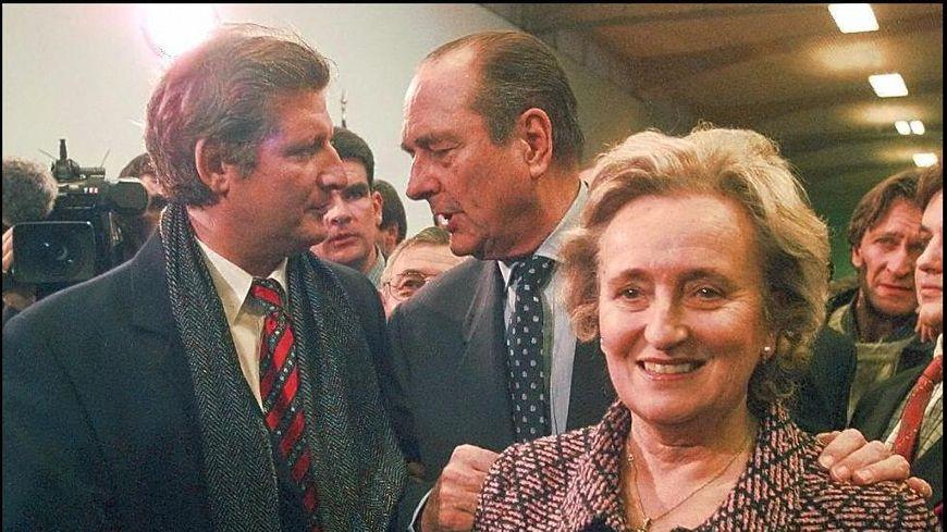 Jacques Chirac, accompagné de Bernadette, discute avec Patrick Sébastien à Tulle, en Corrèze, en 1997.