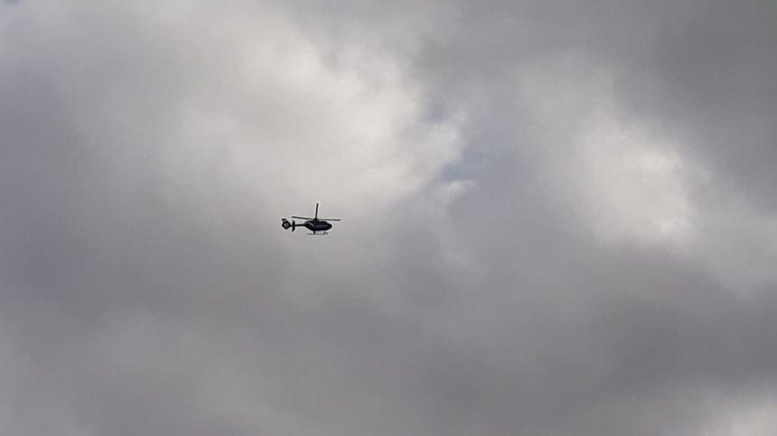 L'hélicoptère de la gendarmerie survole depuis le début de la manifestation le cortège.