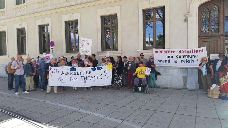 Une quarantaine de manifestants devant le tribunal administratif de Grenoble pour soutenir le maire de Saoû