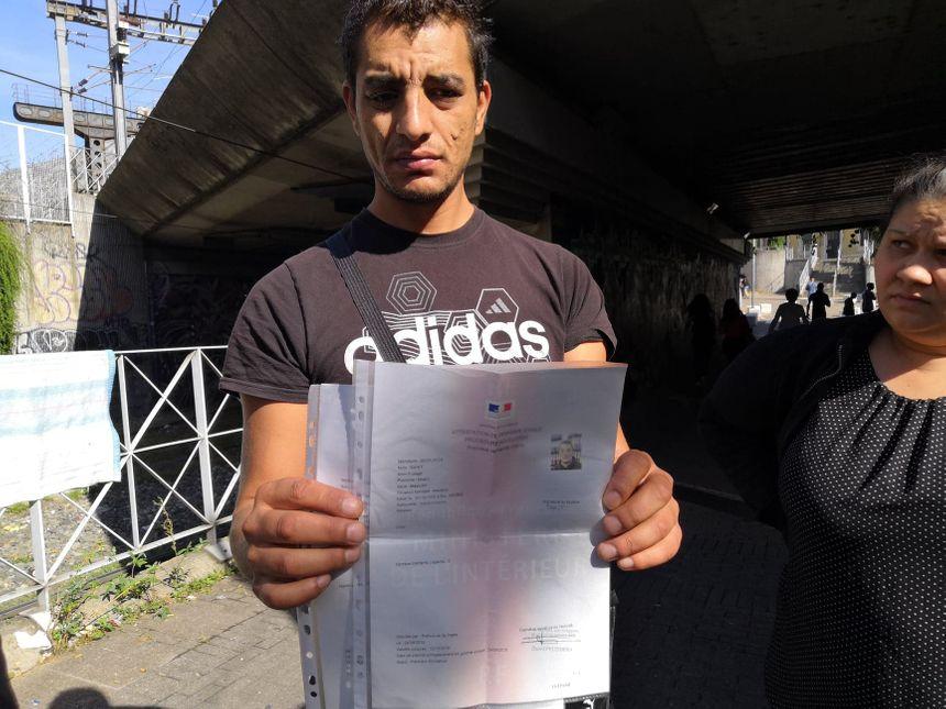 Les personnes qui vivent dans le camp affirment qu'elles ont rempli leurs demandes d'asile, mais n'ont pas eu l'hébergement temporaire auquel elles ont le droit