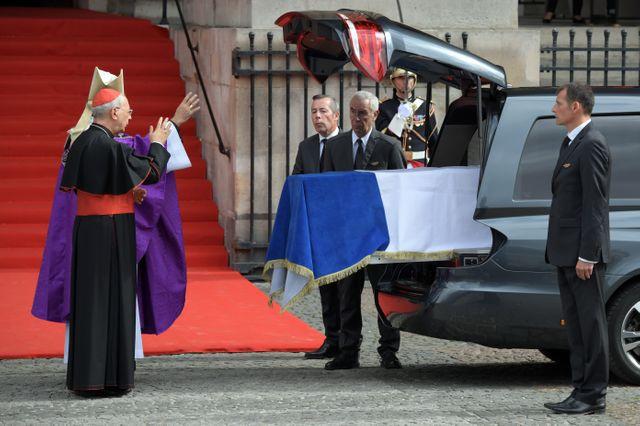 Mgr Michel Aupetit bénit le cercueil de Jacques Chirac avant que celui-ci ne quitte Saint-Sulpice.