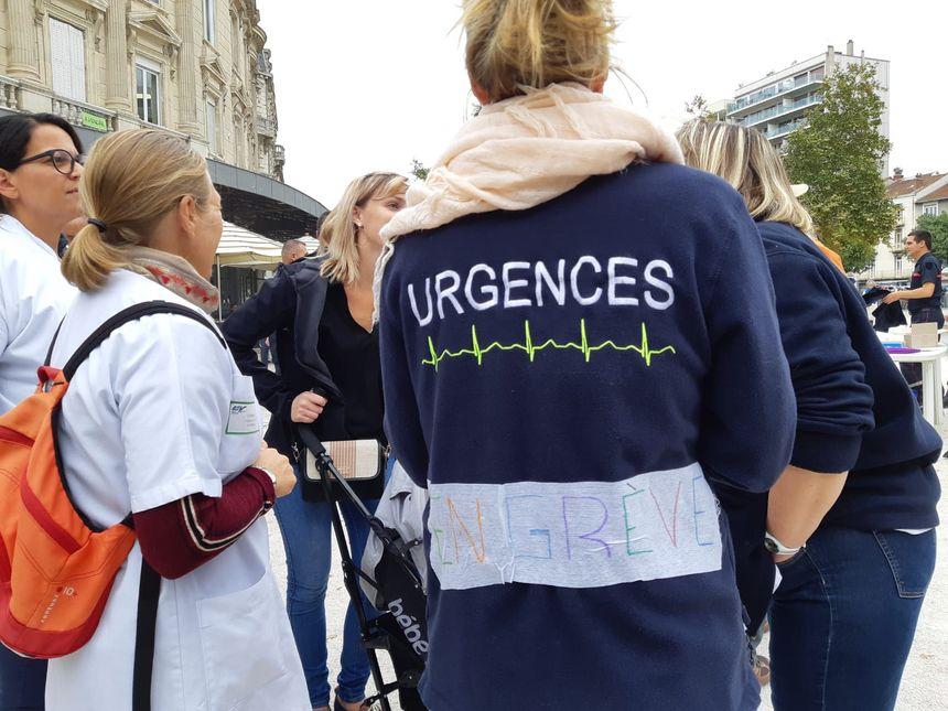 Les infirmières des urgences sont venues manifester à Valence. Certaines sont en grève depuis fin mars.