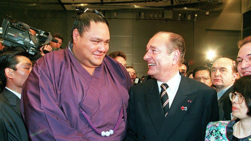 Jacques Chirac à Tokyo aux côtés du sumotori Akebono, lors d'une réception à Tokyo en 1998.