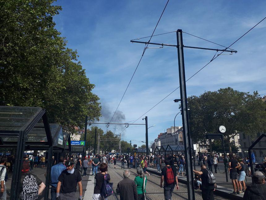 Les manifestants face aux forces de l'ordre, près de l'allée Brancas à Nantes.