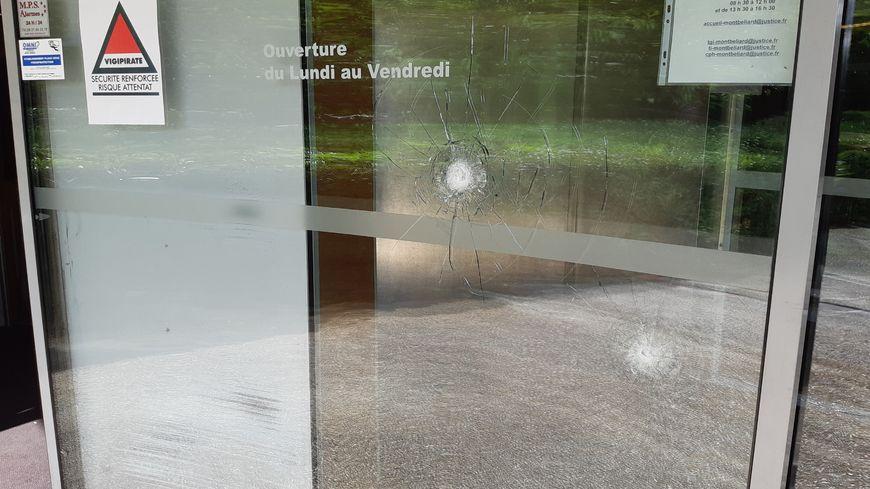 Des impacts de balles relevés sur la porte automatique de la cité judiciaire de Montbéliard