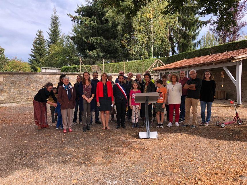 Parents, élèves et habitants réunis autour du maire de la Douze lors de l'inauguration de l'école des Deux Mains