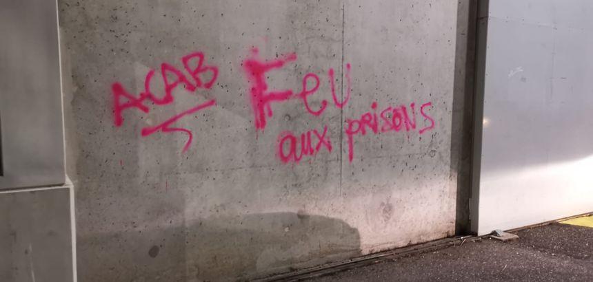 Les inscriptions taguées sur les murs.