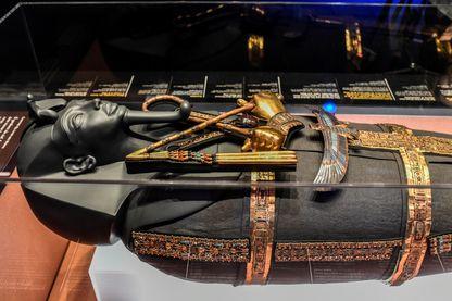 Un sarcophage du pharaon Toutankhamon exposé lors de l'exposition 'Toutankhamon, trésors du pharaon d'or' le 21 mars 2019 à La Villette à Paris.
