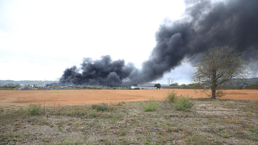 Panache de fumée de l'incendie à l'usine Lubrizol de Rouen.
