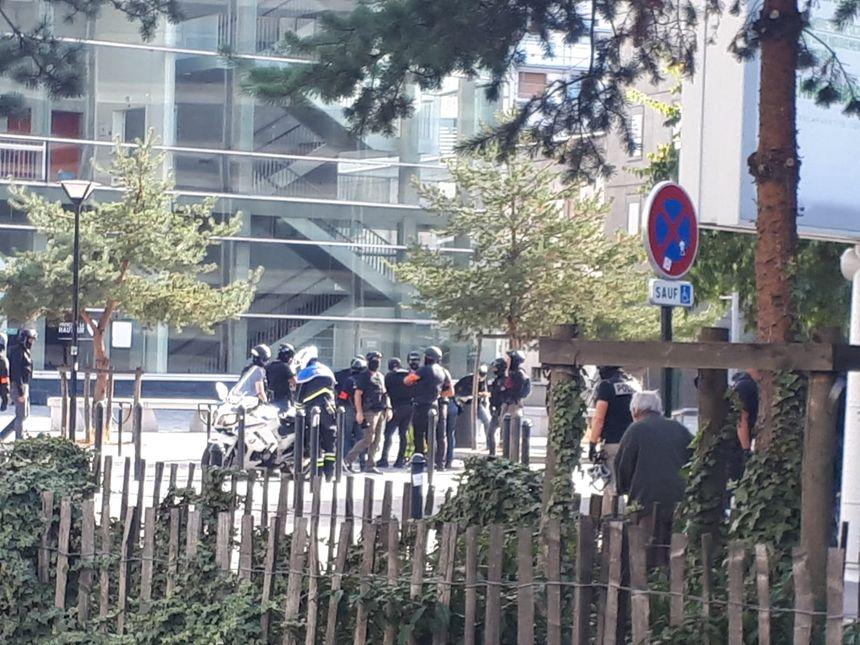 Deux nouvelles personnes viennent d'être interpellées, devant le CHU de Nantes.
