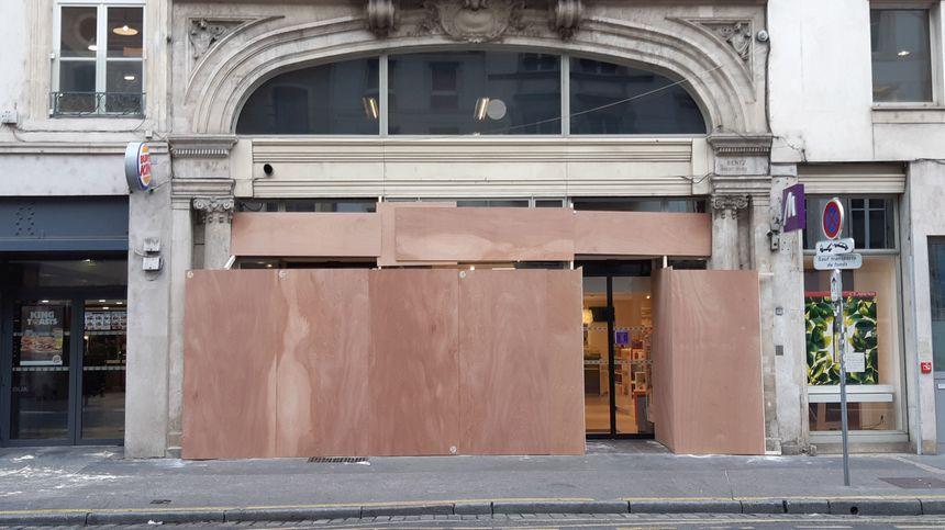 Un magasin de cosmétique a préféré protéger sa vitrine à Nancy.