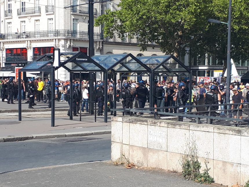 La situation est toujours confuse, ce samedi après-midi, au niveau de l'arrêt du tramway Commerce, à Nantes.