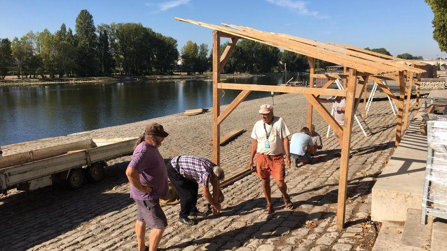 Montage d'un stand en cours avant le festival de Loire 2019, à Orléans