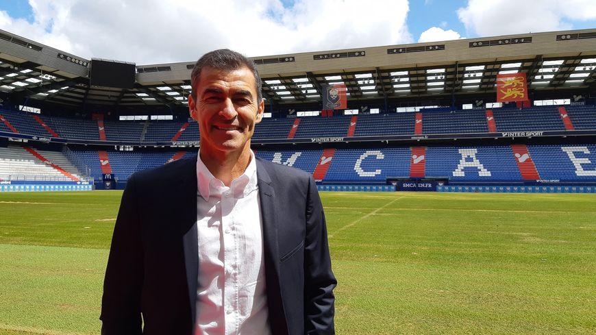 Rui Almeida, l'entraîneur du SM Caen dans le Stade d'Ornano à son arrivée à Caen