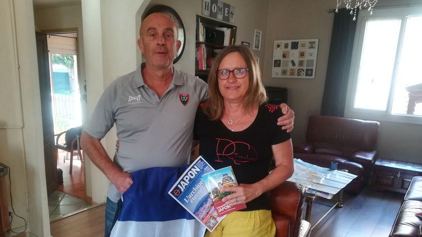 Patrick et Viviane partent au Japon avec leurs polos du RCT... et un drapeau tricolore accroché à leur sac de voyage