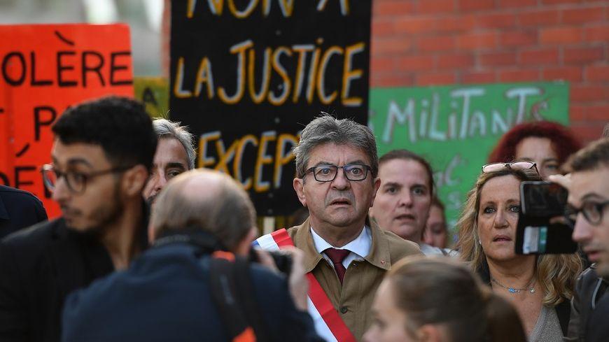 Jean-Luc Mélenchon à son arrivée au tribunal de Bobigny ce jeudi matin.