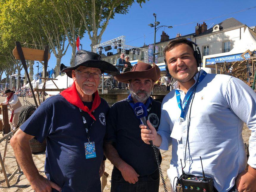 Michel et Robert (à gauche) font partie de la communauté des bateliers de la Vienne, André Deleplace les a interviewés.