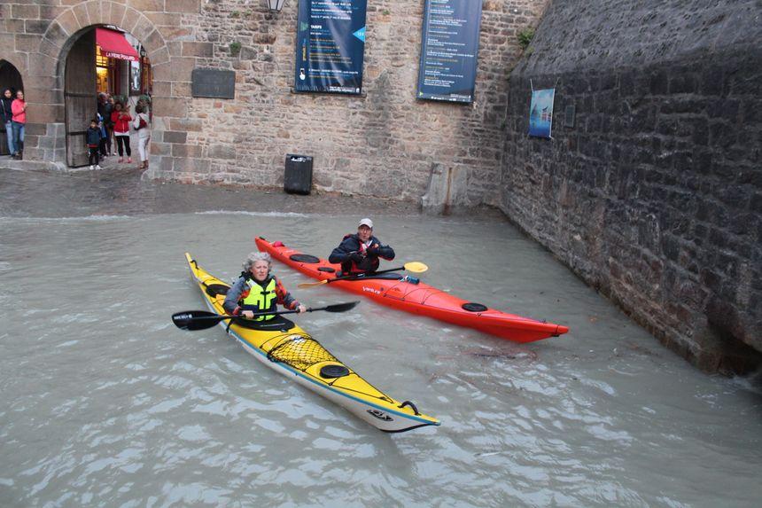 Pendant la pleine mer, l'eau rentre dans le Mont Saint Michel... et les kayaks aussi!