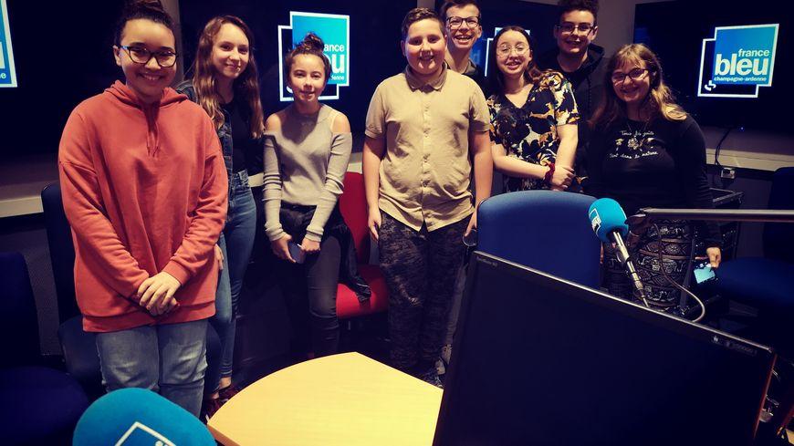 de gauche à droite : Dalila, Lola ,Libbie, Benjamin, Hugo, Lola, Mattéo, Léna.