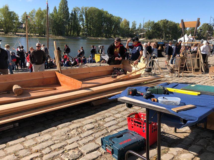 Ils fabriquent une barque sur les quais de Loire cette semaine.