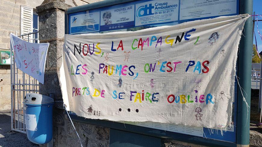 Des parents d'élèves de Sainte-Feyre ont affiché leur mécontentement et passé leur lundi dans la cour de récréation.