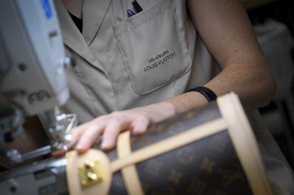 Une ouvrière travaille sur un sac le 12 octobre 2018 à la maroquinerie Louis Vuitton de Juilley, dans l'ouest de la France.