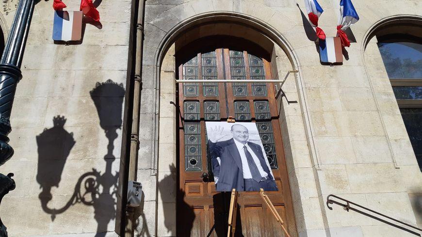 Minute de silence devant l'hôtel de ville de Valence, en hommage à Jacques Chirac.