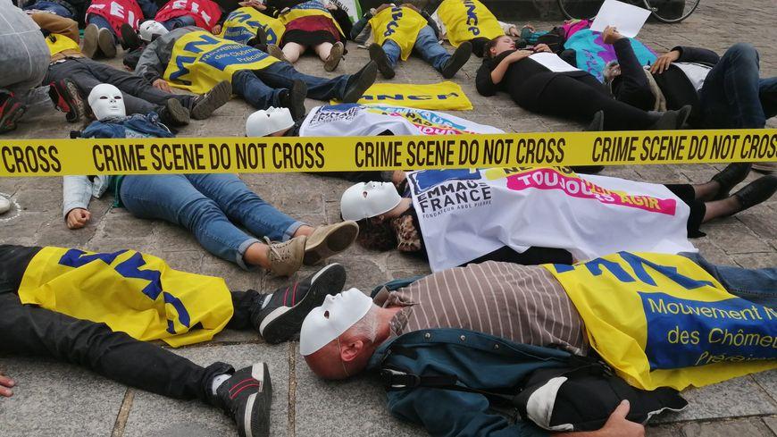 """Les manifestants se sont allongés par terre, entourés de rubalise """"crime scene""""."""