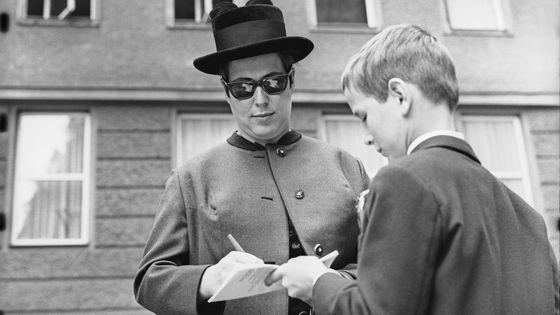 La soprano Gundula Janowitz signant un autographe à Salzbourg en 1968