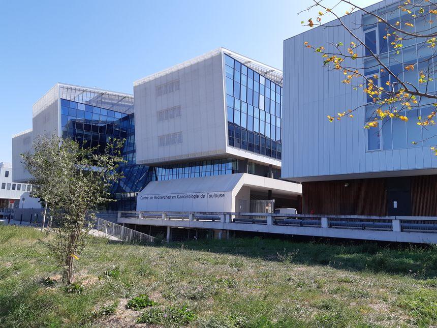L'Oncopole vue depuis les laboratoires Pierre Fabre, de l'autre côté de l'entrée publique.