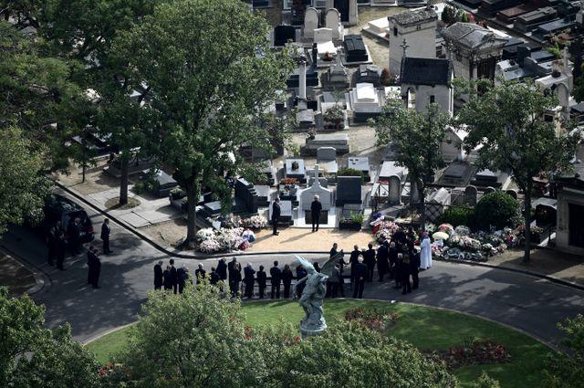 Claude Chirac se recueille devant la tombe de son père, au cimetière du Montparnasse, à Paris.