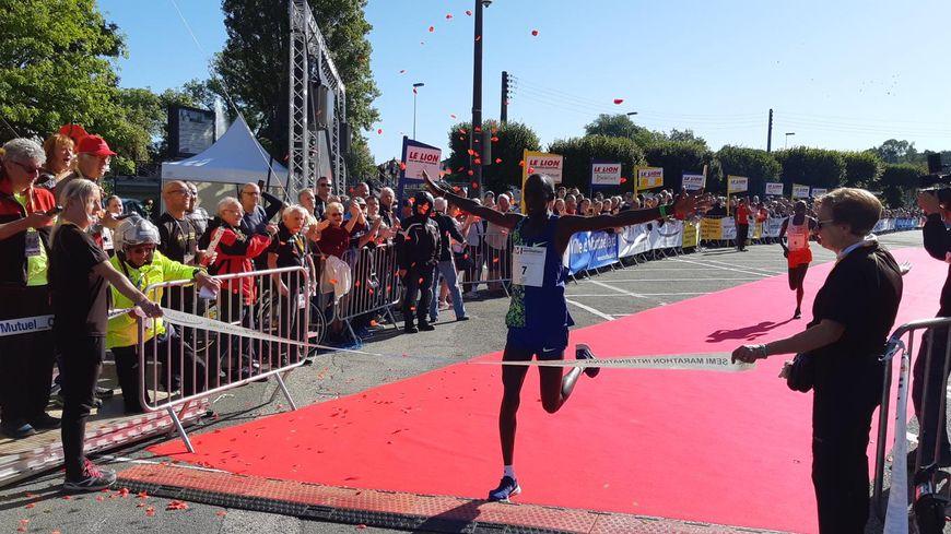 Le Kényan Kelvin Cheruyiot bat le record du Lion en 59 minutes et 53 secondes