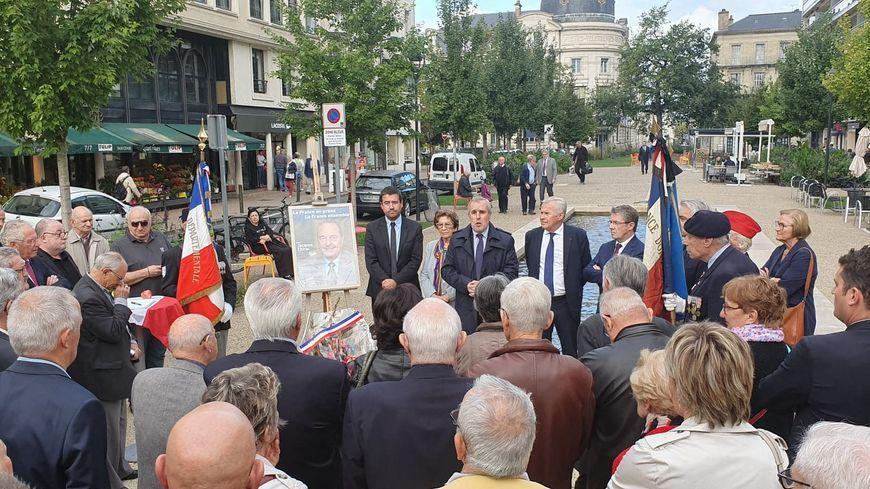 Une cinquantaine de personnes, élus, anciens élus, et anonymes, ont rendu hommage à Jacques Chirac devant la stèle du général De Gaulle à Périgueux