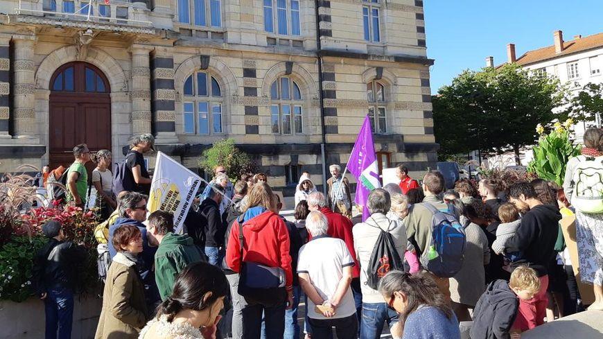 Ce vendredi 20 septembre, des militants, rejoints par des lycéens, ont manifesté contre l'extension du golf devant la mairie de Roanne.