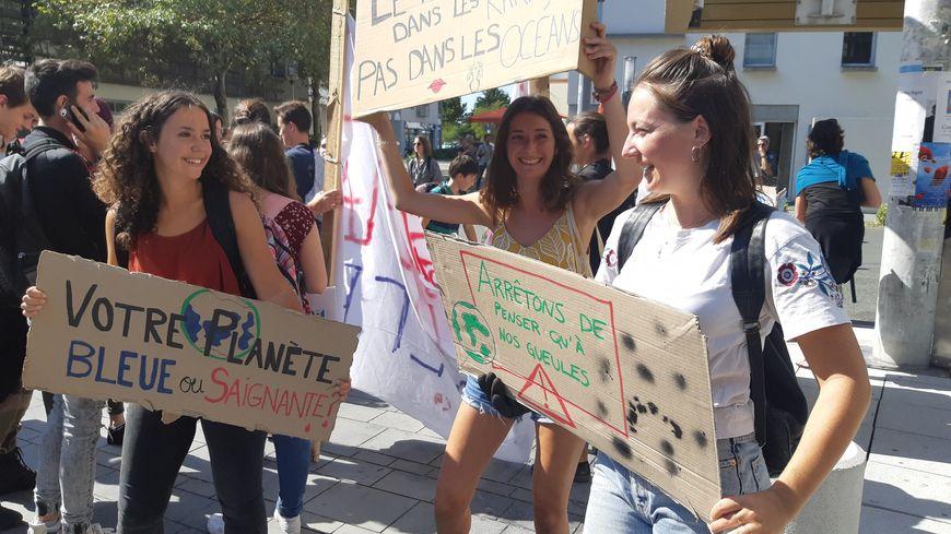 Première mobilisation de la rentrée pour les lycéens et étudiants de La Rochelle, qui relancent leur combat pour le climat. Et ciblent les entreprises, sommées de faire elles aussi leur conversion.