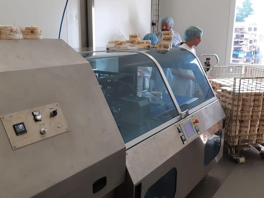 Le fromage est filmé avant d'être expédié.