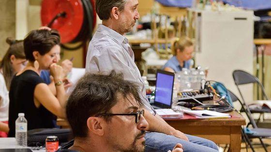 Joël Pommerat (debout) et Francesco Filidei (premier plan) pendant une séance de création de L'Inondation à l'Opéra Comique
