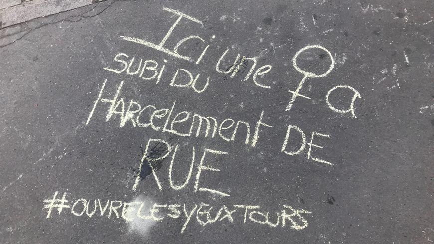 Une écriture au sol pour dénoncer du harcèlement de rue, rue de la Victoire à Tours