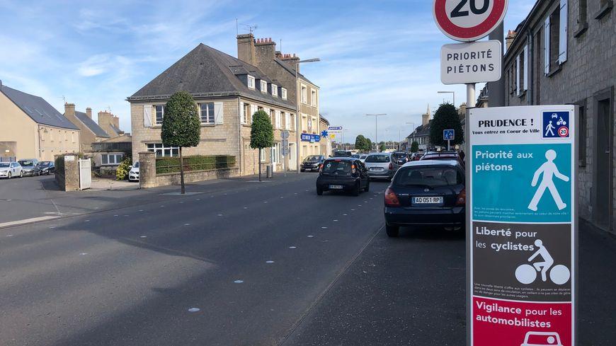 """""""Priorité aux piétons"""" et """"liberté pour les cyclistes"""", de nombreux panneaux tel que celui-ci sont affichés dans le centre-ville de Valognes, pour annoncer les zones partagées."""