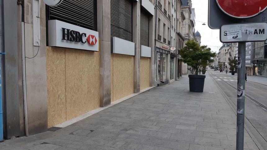 Nancy se barricade avec des banques qui ont investi dans des panneaux de bois.