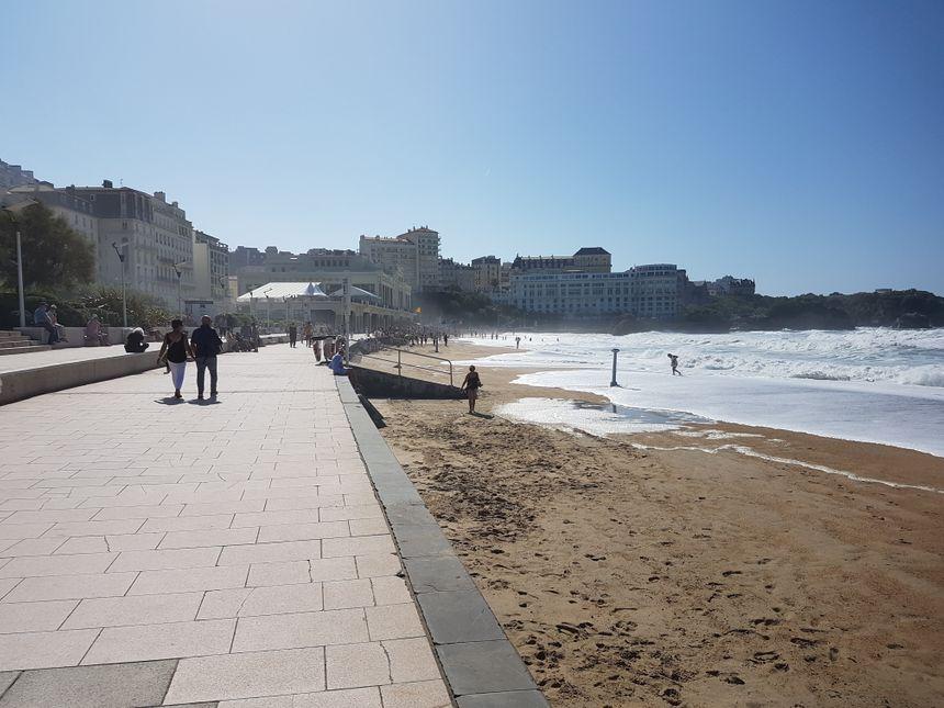 Sur la Grande Plage de Biarritz ce jeudi 26 septembre, jour de la mort de Jacques Chirac, habitants et touristes parlaient avec émotion de l'ancien président de la République.