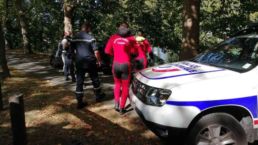 Les pompiers équipés de combinaisons n'ont pas eu besoin de plonger pour récupérer le corps, qui se trouvait tout près de la berge