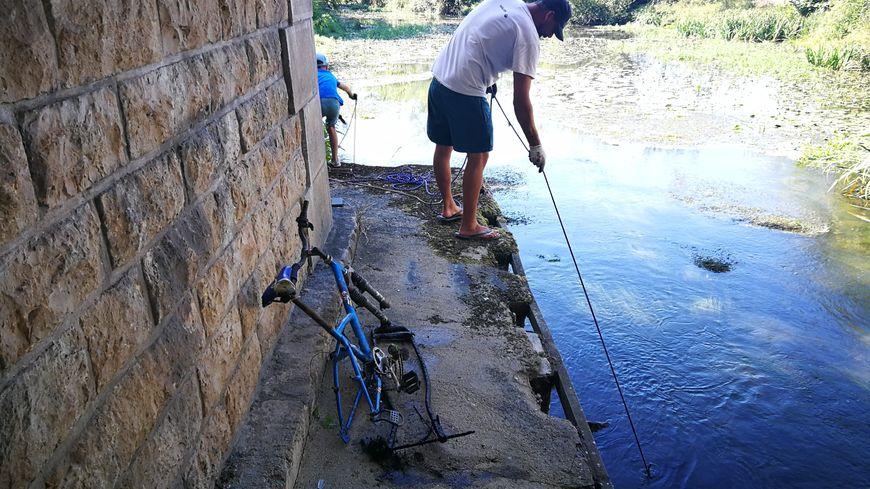 Ce cadre de vélo a été pêché à l'entrée de Joué-lès-Tours, du côté du quartier des Deux Lions.